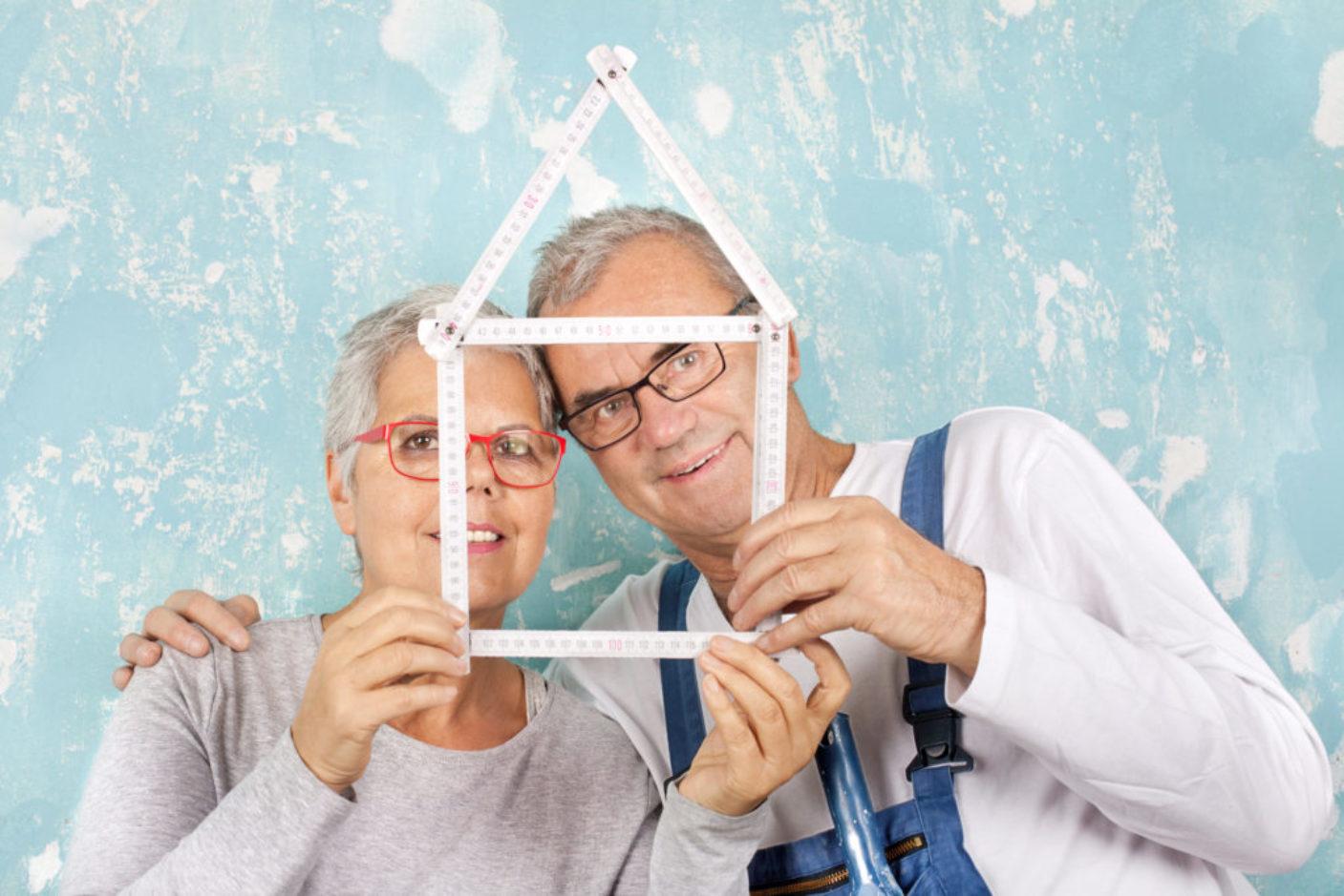Seniorenpaar beim Renovieren